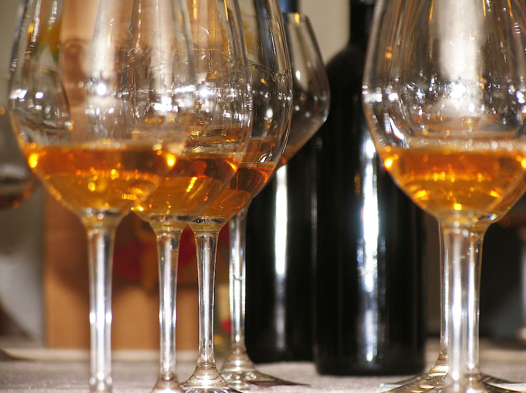 The picture shows some glasses filled with orange wine. Copyright: Orange & Natural Wines/Susanne Korab