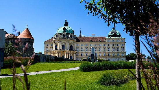 A picture shows the abbey of Klosterneuburg