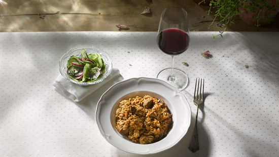 A picture shows a portion of meat rice and a glass of red wine, © AWMB/Blickwerk Fotografie.